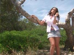 Секси девушка раздевается голышом на природе возле деревца