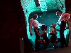 Трахари посреди ночи имеют сексуальных шлюшек членами