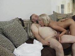 Белокурая внучка ублажает толстого деда на диване