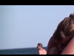 Русая женщина дрочит и сосет партнеру толстый член на пляже
