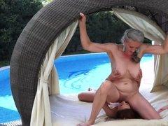 Зрелая женщина трахается с молодой девушкой голышом