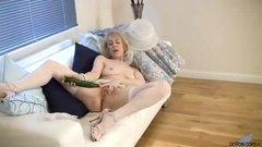 Зрелая блонда трахает пизденку огромным огурцом