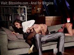 Страстные девушки на каблуках трахаются с мужиками на диване