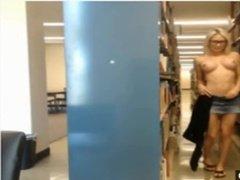 Блондинка позирует голышом в городской библиотеке