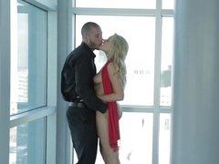 Влюбленная пара занимается страстным сексом голышом