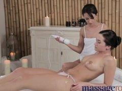 Молодая девушка расслабляется на массаже с лесбиянкой