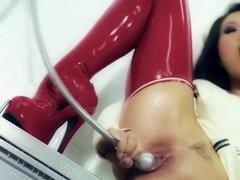 Азиатка в латексе долбит узкие щели секс-игрушками