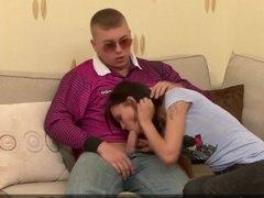 Отец трахает темноволосую дочь огромным елдаком