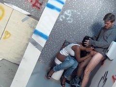 Грудастая негритянка сосет мужику пенис и отдается в туалете