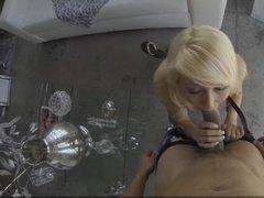 Блондинка делает пикаперу минет и трахается раком