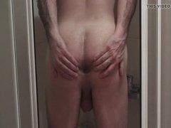 Мужик в душе показывает свою тощую задницу