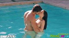 Красотка купается в бассейне голышом и возбуждает соседского парня