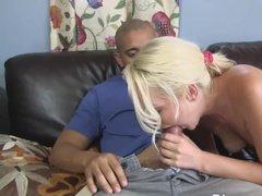 Молодая блонда делает минет перед проникновениями между ног
