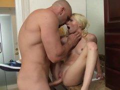 Лысый качок грубо дерет сексуальную блондинку между ног