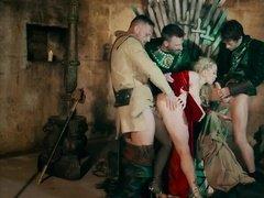 Развратная королева трахается сразу с одной девушкой, а потом с тремя мужиками