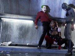 Красотка Харли Квинн занимается групповым сексом с Джокером и Бэтменом