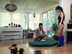 Персональный тренер проводит дополнительное занятие с красивой азиаткой