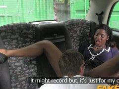 Сексуальная негритянка развлекается с водителем на заднем сидении
