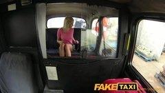 Любвеобильная малышка в розовом свитере дает таксисту
