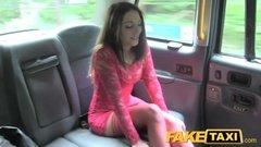 Малышка в красном платье дает водителю такси