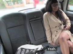 Милая негритянка в очках трахается с таксистом