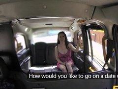 Девушка в розовом платье дает таксисту за бесплатную поездку