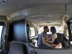 Влюбленная пара занимается сексом в пустом такси