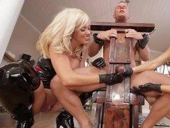 Две властные красавицы дрочат болт закованного в кандалы самца