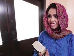 Арабская студентка вынуждена трахнуться с хозяином дома