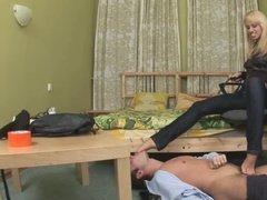 Властная супруга заставляет мужа лизать себе ноги и трахает его в анал