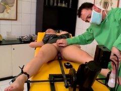 Извращенный врач трахает связанную азиатку в анал