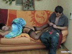 Молодой пацан трахает зрелую тетку в анал на диване