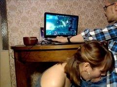Мечта геймера - глубокий минет во время игры на компьютере