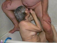 Зрелая баба сосет член в ванной и трахается на кровати