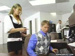 Новая работница офиса сношается с парнем в туалете