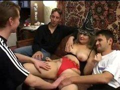 Зрелая хозяйка жарится с квартирантом и ей друзьями