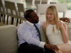Чернокожий босс имеет сочную секретаршу в анал после шампанского