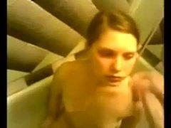 Верная подруга сосет член любимого в ванной