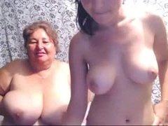 Молодая девушка со старой подругой показывают свои сиськи перед вебкой