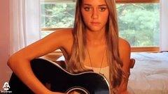 Милая девушка поет песню под гитару и вспоминает, как её ебали
