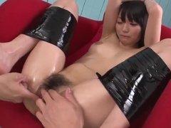 Мужики связывают ноги азиатки и ласкают её пилотку пальцами
