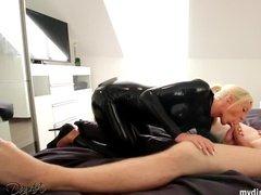 Зрелая немка в латексном костюме отдается товарищу на кровати