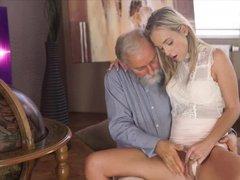 Бородатый старик имеет милую телку в белом платье