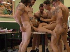 Нерадивую официантку имеют все мужики в кафе