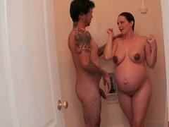 Беременная сучка сосет хуй мужика и курит сигареты