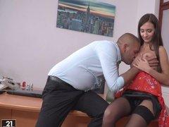 Худенькая секретарша в кожаной юбке дает начальнику на столе
