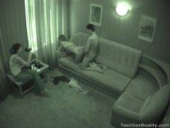 Молодая русская пара трахается перед скрытой камерой и оператором