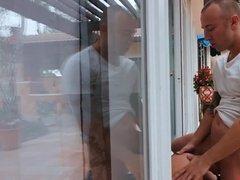Сучку, застрявшую в дверях, трахает муж и любовник