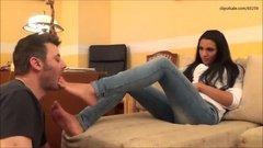 Парень обожает лизать ножки свой подружки